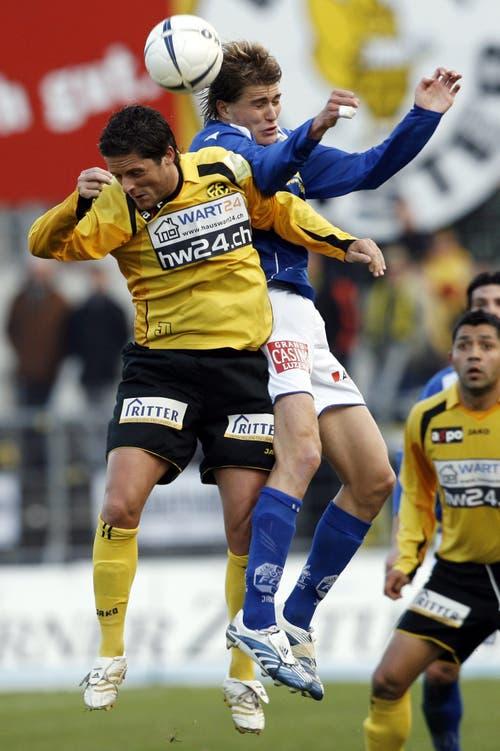 Kopfballduell zwischen Claudio Lustenberger (rechts) und Daniel Tarone (links) beim Spiel gegen den FC Schaffhausen. (Bild: Philipp Schmidli, 31. März 2007)