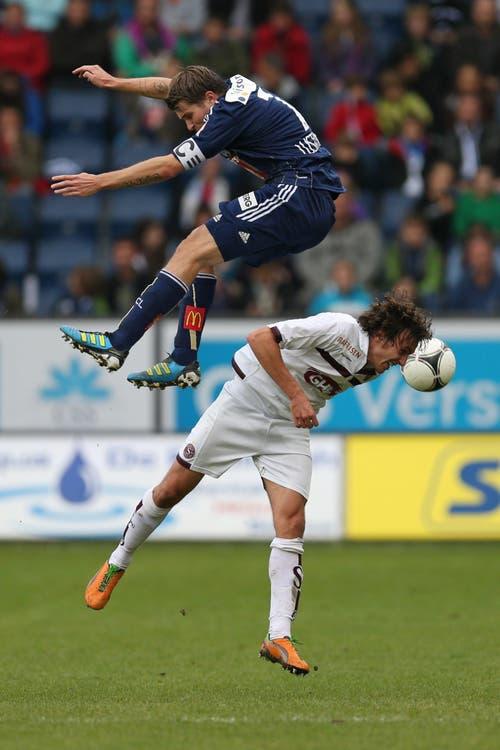 Höhenflug: Lustenberger (oben) gegen Servettes Geoffrey Tréand. (Bild: Philipp Schmidli, 4. November 2012)