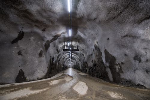 Durch diesen kurzen Zugangsstollen wird das abgebaute Material vom Fallschacht nach aussen gefahren. (Bild: Eveline Beerkircher, Kehrsiten, 15. Mai 2019)