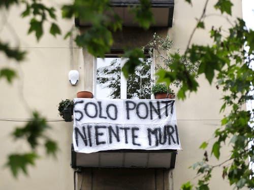 «Nur Brücken, keine Mauern» steht auf dem Transparent in Mailand. (Bild vom 17. Mai) (Bild: KEYSTONE/AP/LUCA BRUNO)