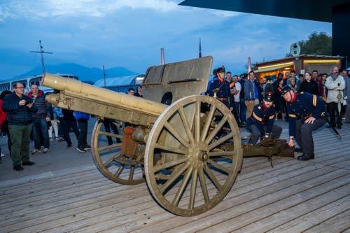 Der Artillerieverein Luzern macht sich bereit, die Kanone zu zünden. (Bild: Philipp Schmidli, Luzern, 18. Mai 2019)