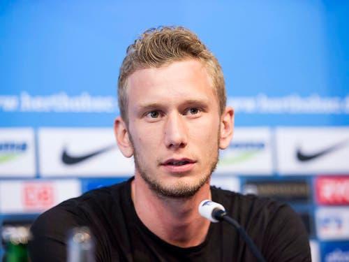Fabian Lustenberger während einer Medienkonferenz von Hertha Berlin im April 2016 (Bild: KEYSTONE/EPA DPA/PAUL ZINKEN)