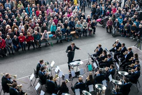 Die Brass Band Kirchenmusik Flühli unter der Leitung von Armin Renggli spielt anlässlich des Stadtmusik Fest 200 Jahre Blasorchester Stadtmusik Luzern auf dem Europaplatz Luzern. (Bild: Philipp Schmidli, Luzern, 18. Mai 2019)