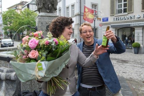 Korintha Bärtsch ist im Gespräch mit Grünen-Präsident Maurus Frey. (Bild: Dominik Wunderli, Luzern, 19. Mai 2019)