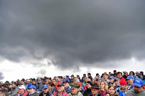 Bedrohliche Wolken über den Besucher und Besucherinnen. (Bild: Walter Bieri/Keystone, Bennau, 19. Mai 2019)