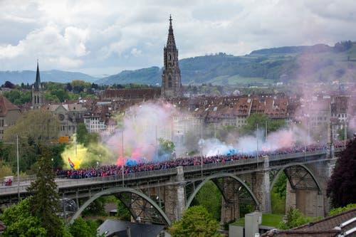 Fans des FC Basel gehen während ihrem Fanmarsch über die Berner Kornhausbrücke. (Bild: Peter Klaunzer/Keystone, 19. Mai 2019)