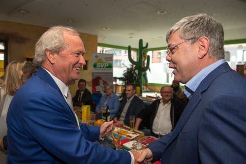 Paul Winiker nimmt Gratulationen von SVP-Nationalrat Franz Grüter (rechts) entgegen. (Bild: Dominik Wunderli, Luzern, 19. Mai 2019)