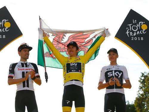 Jubeln die Sieger der Tour de France womöglich bald in ihren National- statt Teamfarben? Wohl kaum, denn die Hürden für einen solchen Systemwechsel sind enorm. In der Bildmitte zeigt Geraint Thomas, der Tour-Gewinner von 2018, stolz die Flagge seines Heimatlandes Wales (Bild: KEYSTONE/EPA/KIM LUDBROOK)
