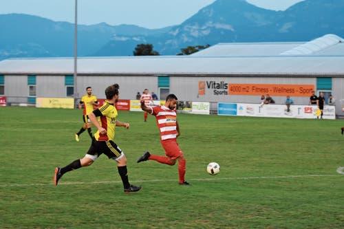 Um am Sonntag auf dem Kolbenstein unbesiegt zu bleiben, muss der FC Altstättens Montlingens Dursun Karatay am Toreschiessen hindern. (Bild: Archiv/ys)