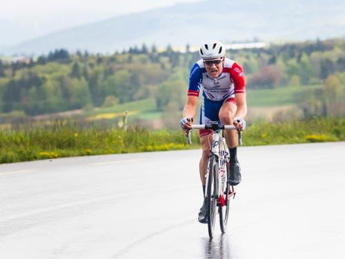 Stefan Küng holt auf den letzten Kilometern bis zum Ziel nochmals alles aus sich heraus. Im Ziel beträgt sein Vorsprung auf das Feld 59 Sekunden (Bild: KEYSTONE/EPA KEYSTONE/JEAN-CHRISTOPHE BOTT)