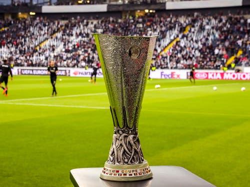 Während dem Einspielen ist der Siegerpokal an der Seitenlinie griffbereit (Bild: KEYSTONE/EPA/ARMANDO BABANI)