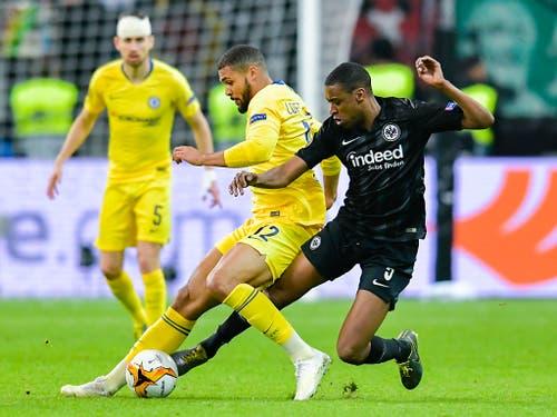 Gelson Fernandes bedrängt Chelseas Ruben Loftus-Cheek (Bild: KEYSTONE/dpa/UWE ANSPACH)