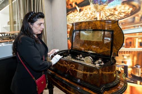 Eine Mitarbeiterin zeigt die 89'000 Franken teure Musikdose.