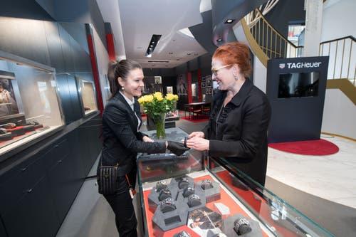 Jenny Kulish zeigt Dörthe Huscheck eine Uhr von «Tag Heuer». (Bilder: Eveline Beerkircher)