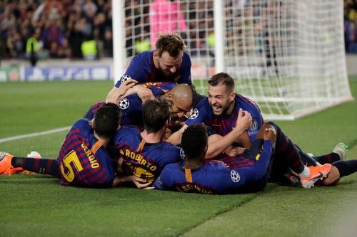 Sekunden später begraben ihn seine Mitspieler unter sich. Messi war Mann des Spiels, erzielte das 2:0 und 3:0 - sein 600. Tor als Barcelona-Profi. (Bild: Emilio Morenatti / AP)