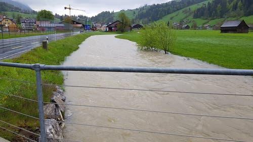 Die Thur bei Unterwasser schwappt teilweise bereits über das Ufer. (Bild: TVO/Tobias Lenherr)