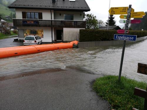 Die Feuerwehr Wildhaus-Alt St.Johann hat Hochwasserschläuche ausgelegt, um Schäden zu verhindern. (Bild: PD)