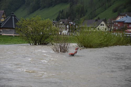 Das Wasser bahnt sich im Obertoggenburg neue Wege. (Bild: Timon Kobelt)