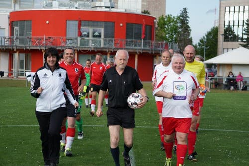 Einmarsch der Fussballgladiatoren. Die St.Galler mit Parlamentspräsidentin Barbara Frei an der Spitze spielten in rot-schwarz.