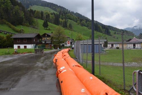 Die orangen Hochwasserschläuche sollen helfen, das Wasser in die richtigen Bahnen zu lenken. (Bild: Timon Kobelt)