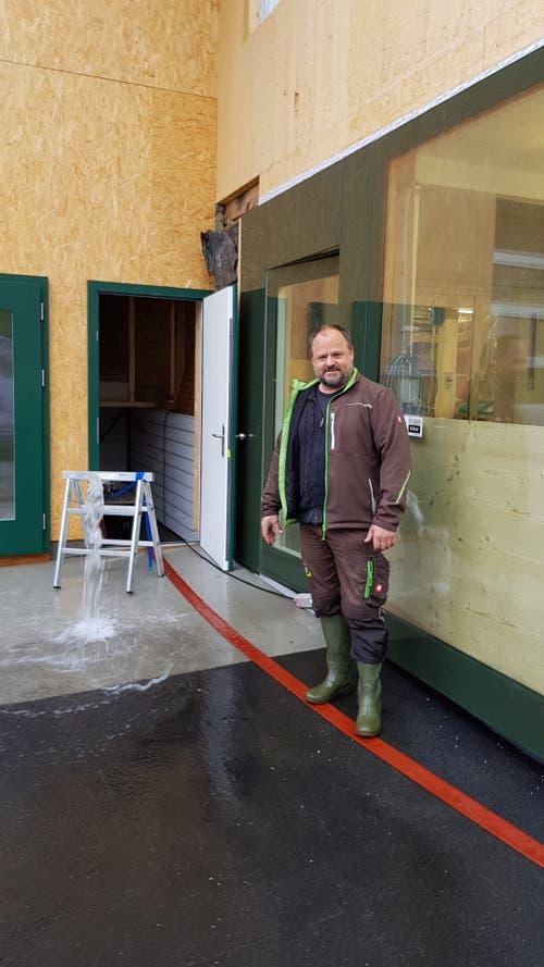 Die Schreinerei von Christoph Stolz in Unterwasser muss ausgepumpt werden. (Bild: TVO/Tobias Lenherr)