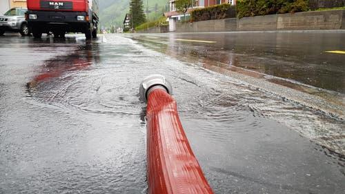 In Unterwasser muss die Feuerwehr ein Gebäude auspumpen. (Bild: TVO/Tobias Lenherr)