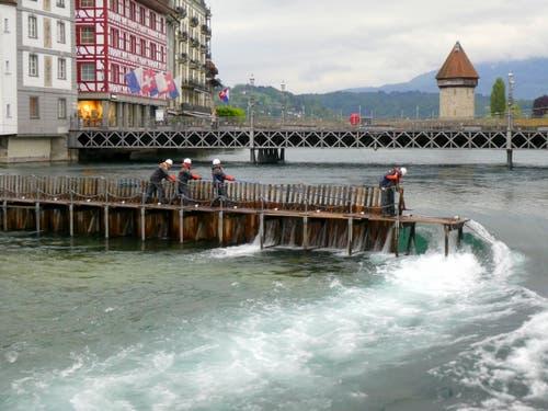 Durch den starken Regen muss das Reusswehr weiter geöffnet werden. (Bild: Walter Buholzer, Luzern, 21. Mai 2019)