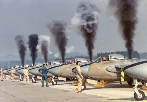 Jagdflugzeuge vom Typ «Venom» 1983 auf dem Flugplatz Emmen. (Bild: VBS)