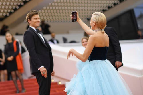 Sängerin Pixie Lott, rechts, macht ein Selfie. > Filmpremiere «La Belle Epoque» (Photo by Arthur Mola/Invision/AP)