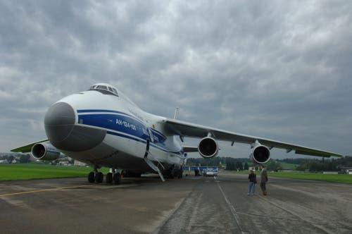 Eines der grössten Flugzeuge der Welt, die Antonov 124, auf dem Flugplatz Emmen. (Bild: Eveline Beerkircher, 3. Oktober 2006)