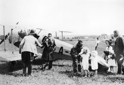 Die erste Landung am 7. Juli 1939 auf dem Flugfeld Emmen. Pilot Walter Burkhard wird freundlich begrüsst. (Bild: VBS)