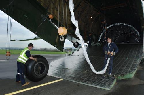 Teile der Nutzlastverkleidung für die amerikanische Trägerrakete Atlas V-500 werden nach Florida transportiert. (Bild: Eveline Beerkircher, 3. Oktober 2006)