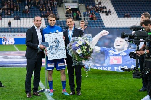 Sportchef Remo Meyer (links) und Präsident Philipp Studhalter verabschieden Claudio Lustenberger. (Bild: Martin Meienberger / Freshfocus, Luzern, 22. Mai 2019)