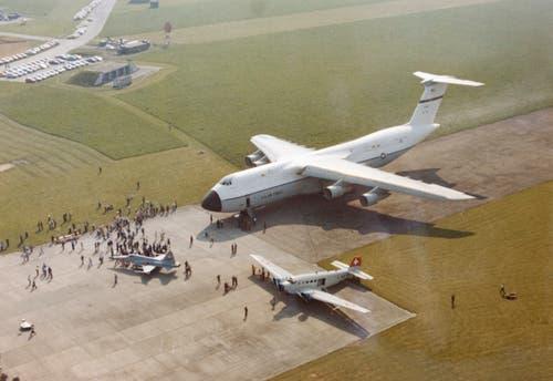 Auf dem Militärflugplatz Emmen landet eine Galaxy 01. (Bild: VBS)