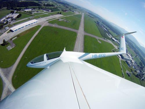 Die Modellfluggruppe Luzern während ihres Trainings mit Blick auf den Militärflugplatz Emmen. (Bild: Philipp Schmidli, 16. Juli 2011)
