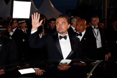 Leonardo DiCaprio winkt den Fans zu. > Filmpremiere «Once Upon A Time ... In Hollywood» (Bild: EPA/SEBASTIEN NOGIER)
