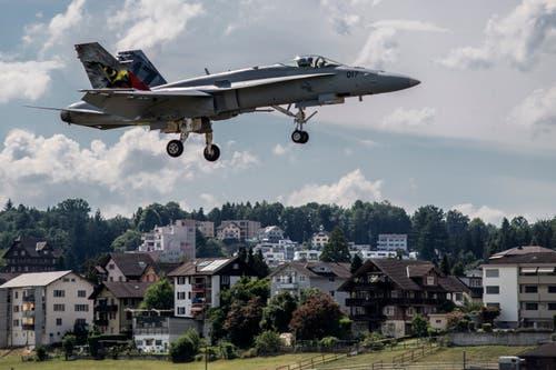 Ein FA-18 im Anflug auf den Flugplatz Emmen. (Bild: Pius Amrein, 4. Juli 2018)