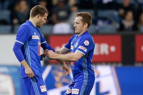 Claudio Lustenberger bekommt von Christian Schwegler die Kapitänsbinde. (Bild: Marc Schumacher / Freshfocus, Luzern, 19. Mai 2019)
