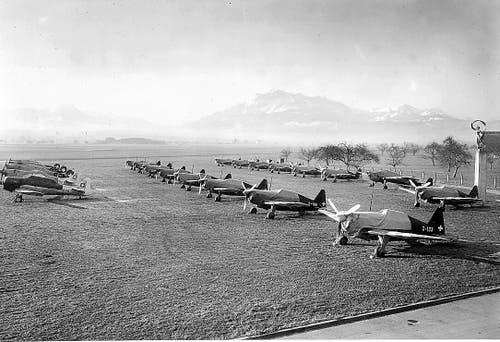 Flugzeuge des Typs Morane, Mustang und AT-16 1949 auf dem Flugplatz Emmen. (Bild: Flugzeugwerke Emmen)