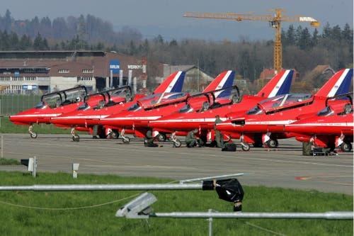Neun britische Kampfjets einer Kunstflugstaffel der Royal Air Force auf dem Flugplatz Emmen. (Bild: Beat Blättler, Emmen, 4. April 2005)
