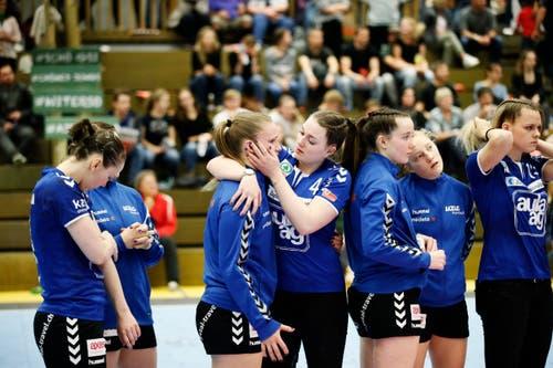 LK Zugs Shanice Kägi (vierte von rechts) tröstet Charlotte Kähr. (Bild: Stefan Kaiser, Zug, 22. Mai 2019)