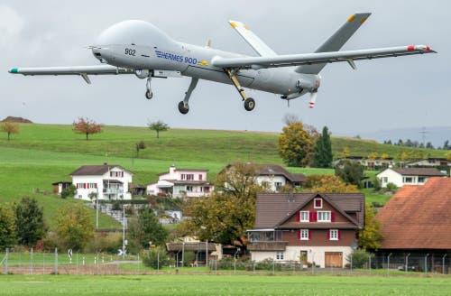 Aufklärungsdrohne Hermes 900 im Landeanflug 2012 auf Emmen. Länge: 8,3 Meter. Spannweite: 15 Meter. (Bild: VBS)
