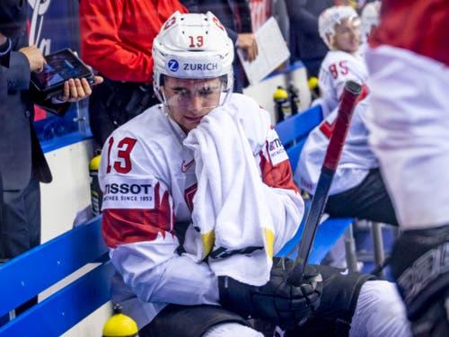 Der zweite Schock: Nico Hischier (13) und die Schweizer Bank nach dem kanadischen Siegtreffer (Bild: KEYSTONE/MELANIE DUCHENE)