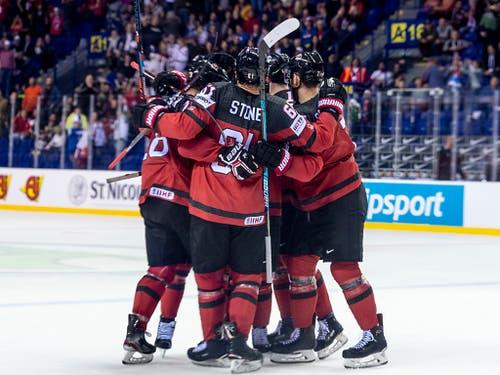 So bejubelten die Kanadier den 2:2-Ausgleich 0,4 Sekunden vor Schluss (Bild: KEYSTONE/MELANIE DUCHENE)