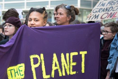 Dem Planeten Erde, so eine Hauptbotschaft der Kundgebung in St.Gallen, geht es schlecht. Drum brauche es griffige Massnahmen gegen den Klimawandel. (Bild: Adriana Ortiz Cardozo - 24. Mai 2019)