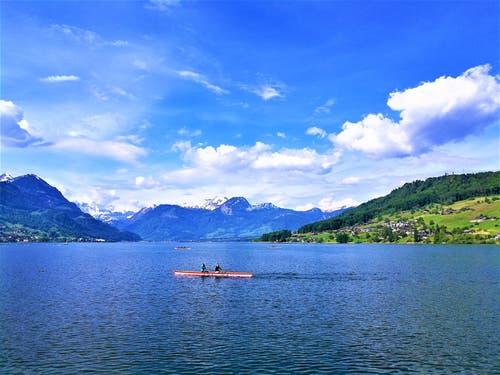 Auf dem Sarnersee geniesst man die Freizeit im Ruderboot bei herrlichem Frühlingswetter. (Bild: Urs Gutfleisch, Sarnen, 24. Mai 2019)