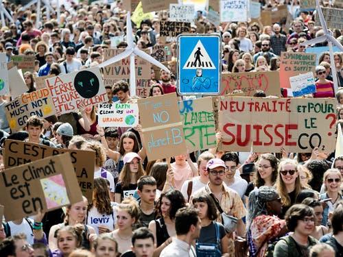 Zwar weniger, aber immer noch Tausende Schüler beteiligten sich in Lausanne am Klimastreik. (Bild: KEYSTONE/JEAN-CHRISTOPHE BOTT)