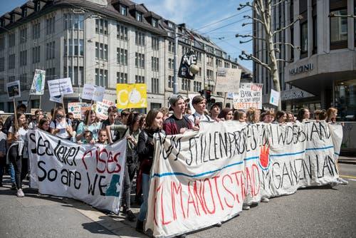Auf mitgeführten Transparenten wurde an der Klimademo etwa die Ausrufung des Klimanotstands oder die CO2-Neutralität der Stadt St.Gallen verlangt. (Bild: Adriana Ortiz Cardozo - 24. Mai 2019)