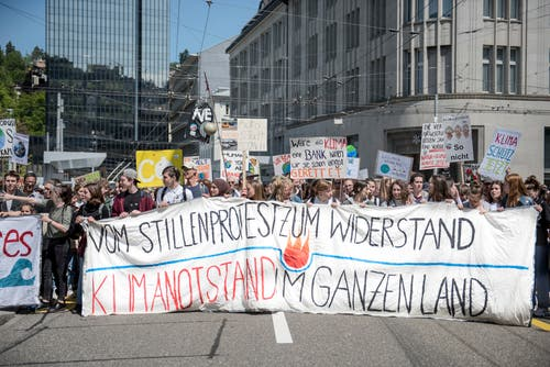 Der Demonstrationszug gegen den Klimawandel an der Kornhausstrasse. (Bild: Adriana Ortiz Cardozo - 24. Mai 2019)