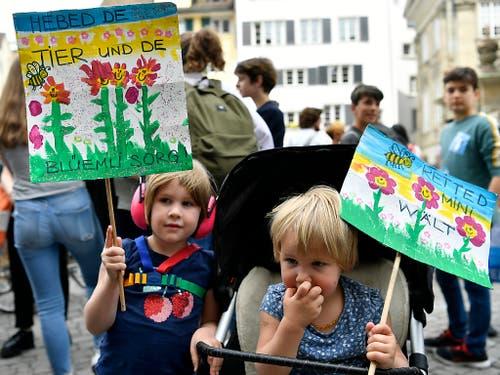 Selbst die Kleinsten waren am schweizweit grössten Umzug in Zürich mit von der Partie. Ihre Sorge galt der Tier- und Pflanzenwelt. (Bild: KEYSTONE/WALTER BIERI)